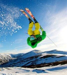 Imagine cu un schior in timp ce schiaza pe valea prahovei
